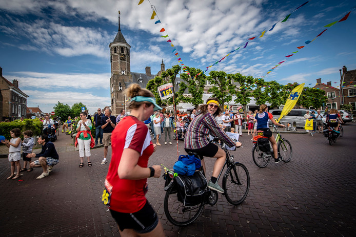 De doorkomst in 2018 van de Roparun in Willemstad.