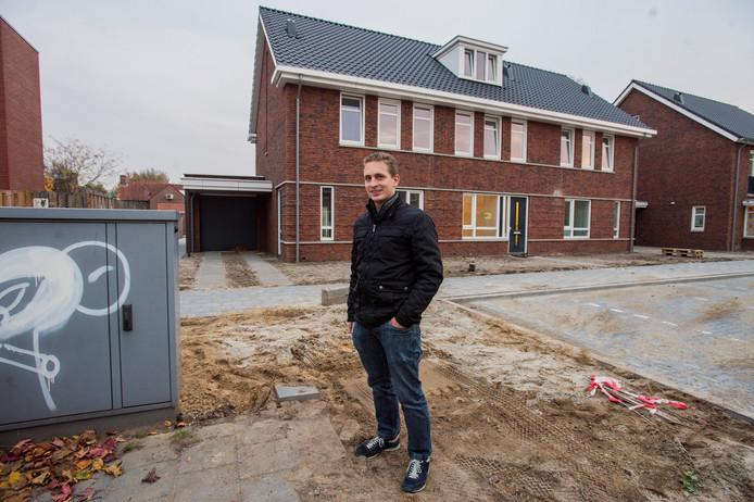 Jeroen Graafmans bij het Ziggokastje dat zijn oprit blokkeert.