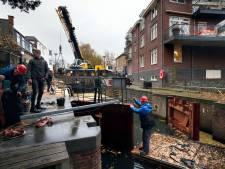 Waterschap vervangt houten sluisdeuren in Hardinxveld-Giessendam