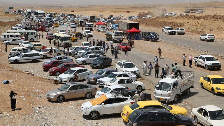 Duizenden inwoners proberen het Iraakse Mosul te verlaten vanwege de oprukkende extremisten. Beeld null