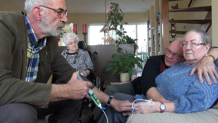 In de documentaire is te zien hoe bij een dementerende vrouw euthanasie wordt gepleegd. Beeld