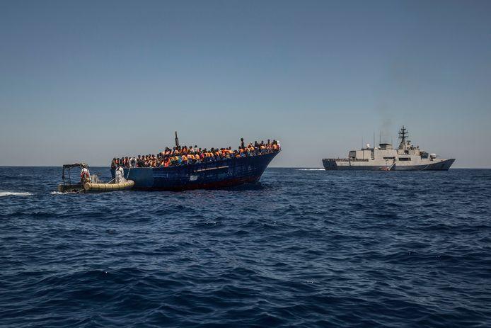 De Europese Unie gaat de reddingsoperatie voor vluchtelingen en migranten voor de Libische kust stopzetten.
