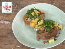 Recept van de dag: Gepofte zoete aardappel met bonen en tortillacrackers