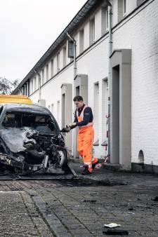 Aangeslagen moeder en dochters ontsnappen aan woningbrand, BMW niet meer te redden: 'Waarom doe je zoiets?'