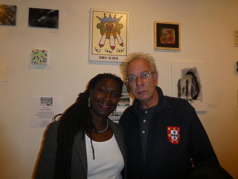 Astrid Elburg, voorzitter van de raad van toezicht van het Muiderslot, en kunstenaar Bill Bodewes, onder een kunstwerk van zijn hand. Beeld Hans van der Beek