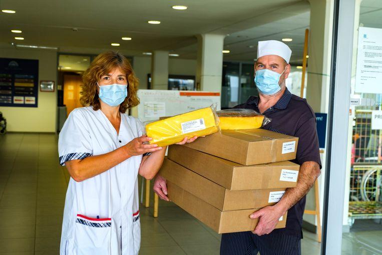 De bewoners en het personeel van WZC Zonnewende mochten een stuk cake in ontvangst nemen.