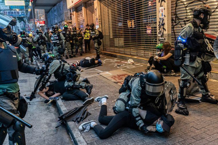 Demonstranten in Hongkong die zich verzetten tegen de toenemende invloed van China worden opgepakt door de politie. Beeld Foto Anthony Kwan - Getty Images