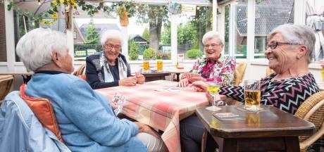 Bejaarde vriendinnen uit Vasse kaarten elke vrijdag: 'Kan alles nog, behalve hardlopen'
