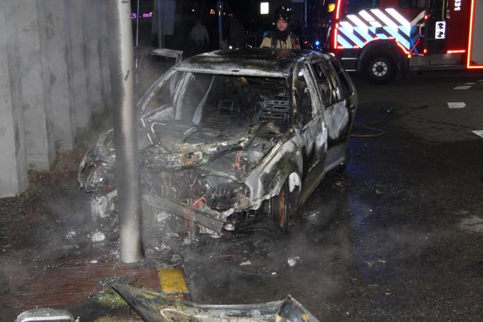 Aan de Westluidensestraat in Tiel is in de nacht van vrijdag op zaterdag een auto uitgebrand na een botsing tegen een lantaarnpaal.
