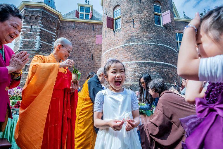 Vanuit de He Hua Temple op de Zeedijk werd gelopen naar de Nieuwmarkt waar een zegeningsceremonie werd gehouden Beeld Patrick Post