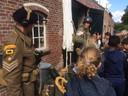 Les over de oorlog in Eerde. Re-enactors Twan van den Hurk (links) en Jochem Blok geven uitleg over de gevechten die plaatsvonden bij de Eerdse molen aan groep 7 en 8 van basisschool De Kring uit Schijndel.