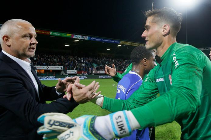 NEC-doelman Joshua Smits (rechts) schudt trainer Jack de Gier van Almere City de hand na de eerste wedstrijd van het seizoen.