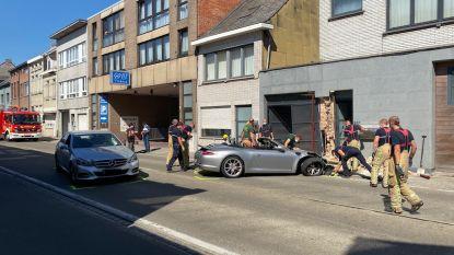 Brandweer moet flatgebouw stutten nadat Porsche voorgevel ramt