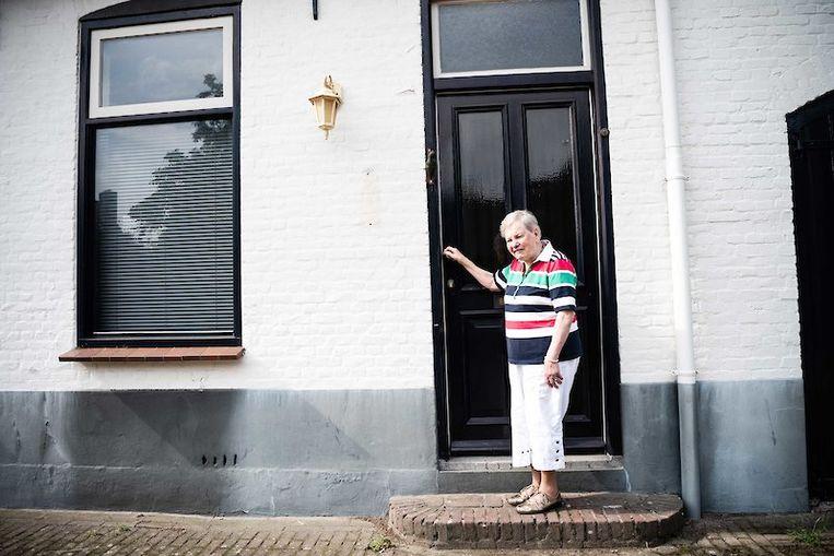 Tini Plompen bij haar ouderlijk huis in Valkenswaard. Beeld Katja Poelwijk
