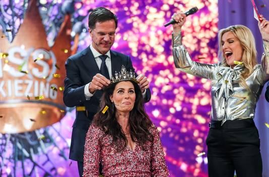 Mirande wordt door minister-president Mark Rutte gekroond tot winnares van de Mis(s)verkiezing.