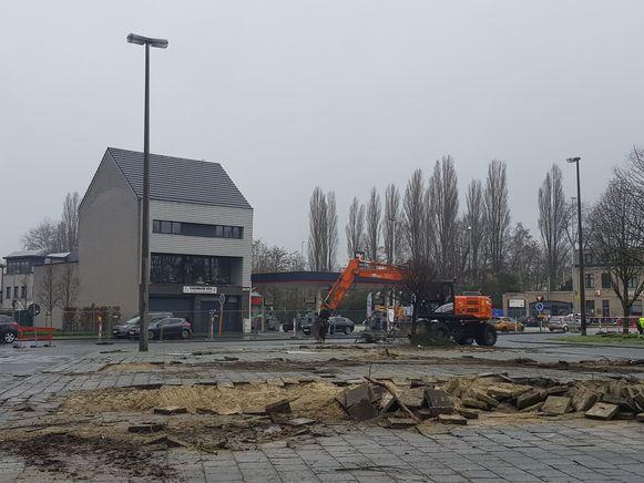 Bij de graafwerkzaamheden op het busplein kwam het oude opgespoten witte zand van de huidige kanaalbedding meteen naar boven.