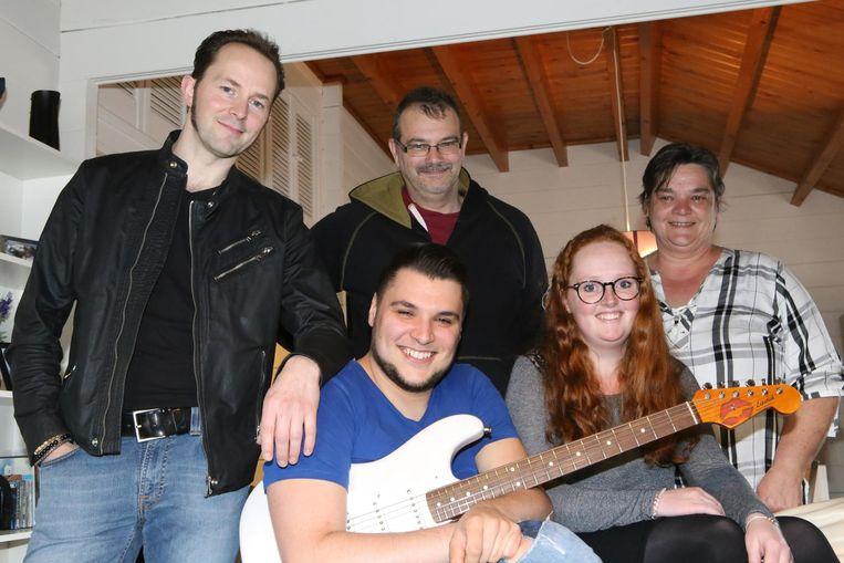 Stef Paglia (met gitaar) en de vrienden die een crowdfunding op poten zetten.