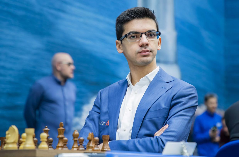 De Nederlandse schaker Anish Giri speelt tegen Magnus Carlsen uit Noorwegen in de eerste ronde van het Tata Steel Chess Tournament. Beeld ANP