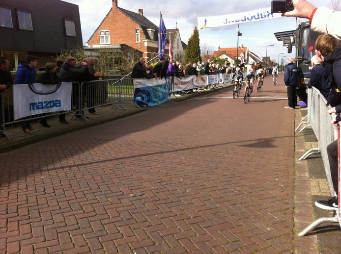 Thalita de Jong komt als eerste over de finish.