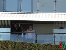 Eerbetoon NEC-fans bij huis erevoorzitter Hans van Delft