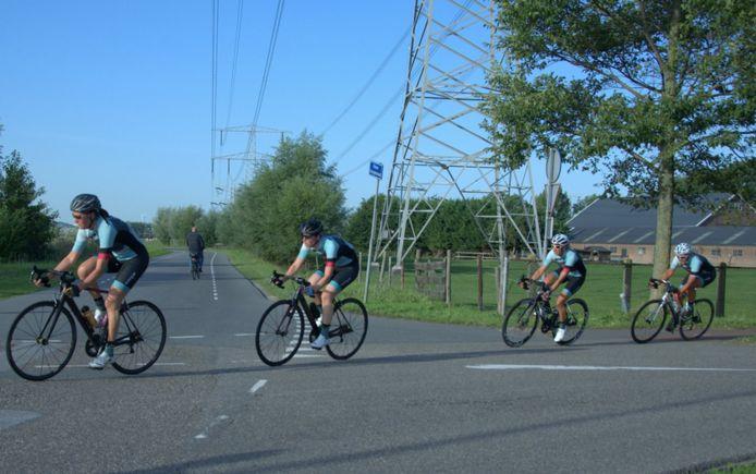Deelnemers aan de ploegentijdrit in Maasdijk.