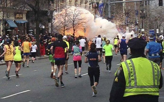 Terwijl deelnemers aan de marathon van Boston (15 april 2013) de finish naderen, ontploft in de nabijheid van het parcours een bom.
