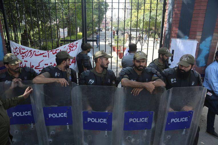 Politiemensen bij een ziekenhuis in de Pakistaanse stad Lahore. Oud-premier Nawaz Sharif, die vastzit op beschuldiging van corruptie, is vanwege gezondheidsklachten vanuit de gevangenis overgebracht naar dit hospitaal, Beeld AP