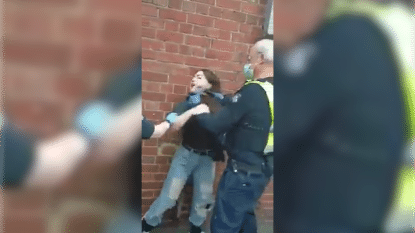 """""""Hij wurgt me!"""": agent pakt vrouw hardhandig aan omdat ze geen mondmasker draagt"""