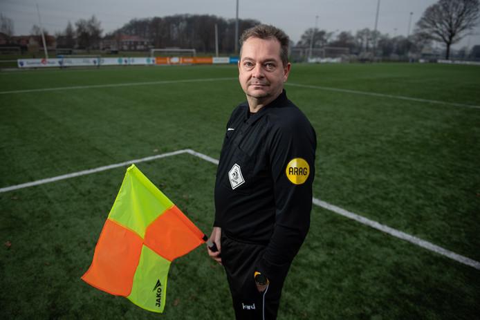 Ronnie Tolkamp is KNVB-grensrechter en krijgt wanneer hij langs het veld staat geregeld verwensingen naar zijn hoofd.