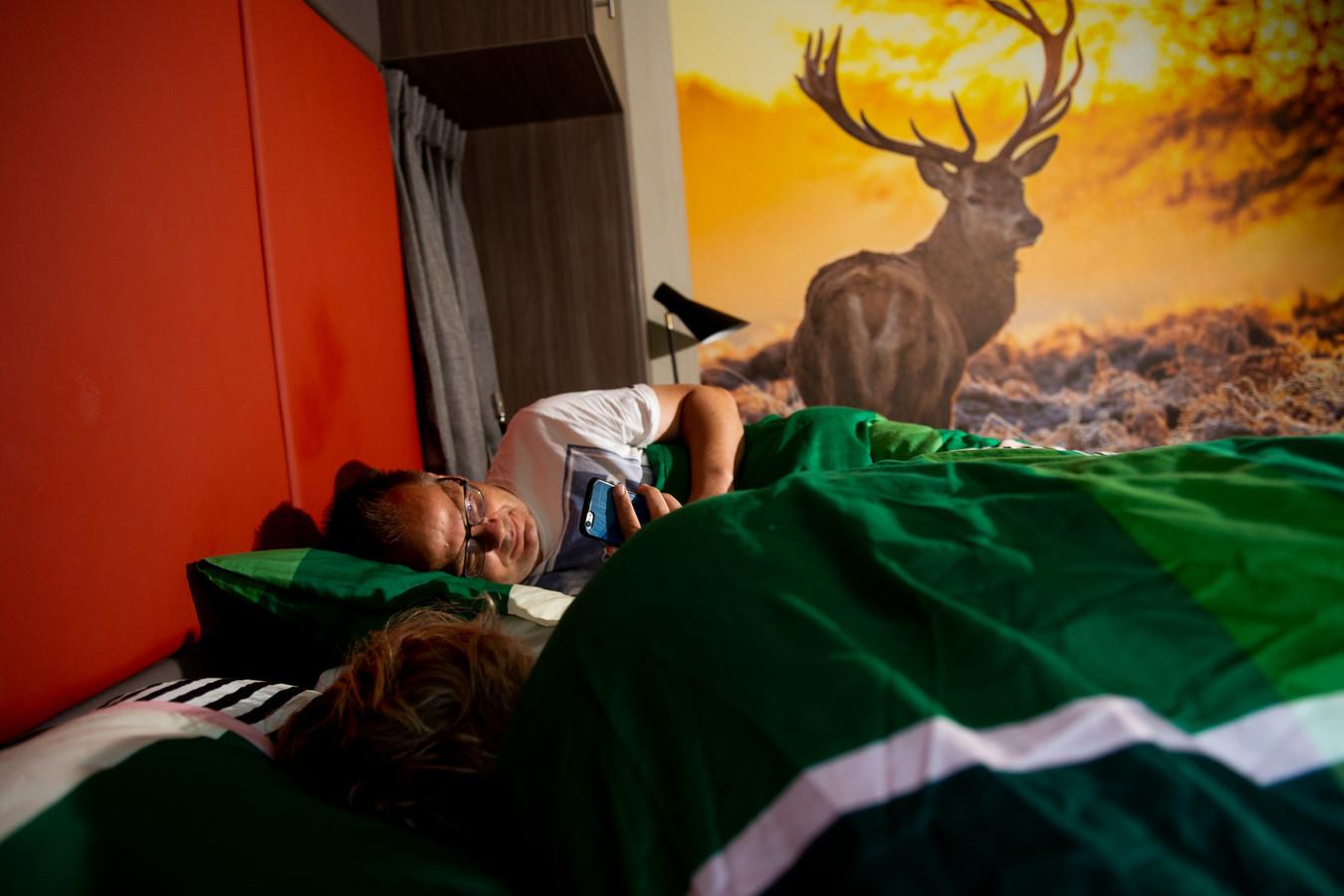 Stentor-verslaggever Rudi Hofman en zijn vrouw testen de anti-snurkfuncties van een 'slim' Aupingbed op vakantiepark Landal Miggelenberg in Hoenderloo.