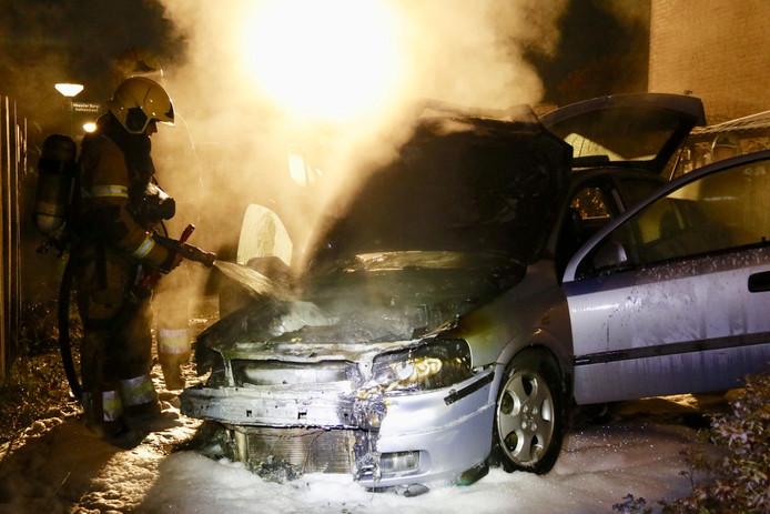 De brandweer bij de autobrand in Sint Anthonis, zaterdagochtend.