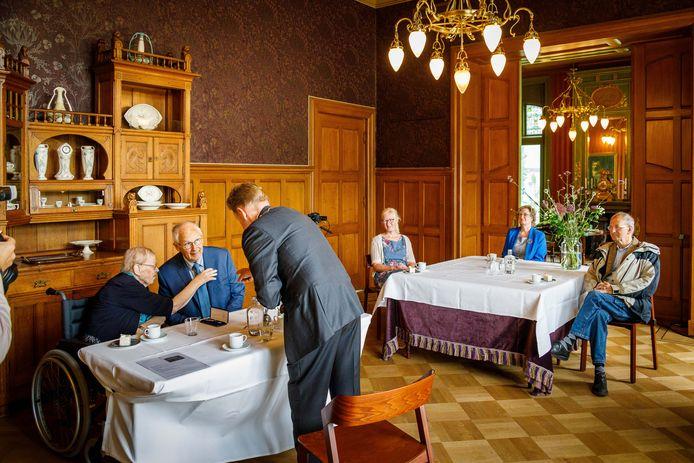 In Villa Rams Woerthe was burgemeester Rob Bats gastheer van de gedecoreerden, zoals Wim Schaap, en hun  familieleden.