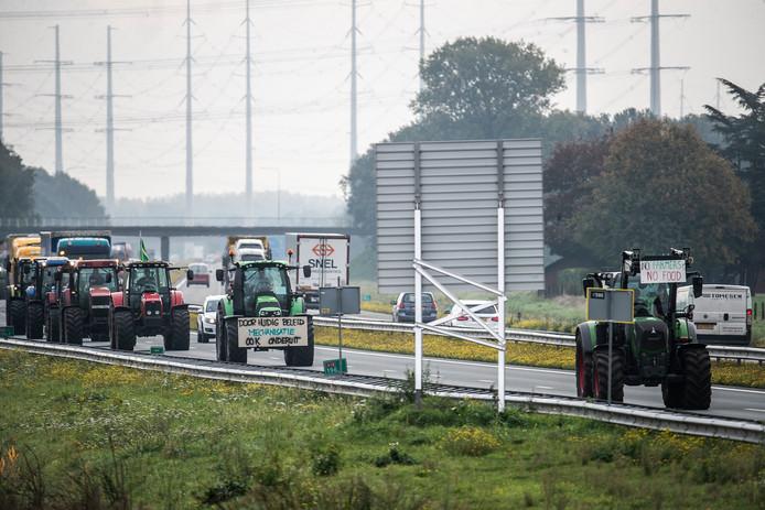 Boeren op de A18 onderweg naar Arnhem.