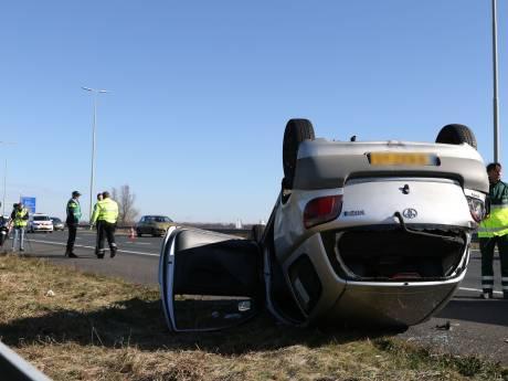 Auto belandt ondersteboven: twee rijstroken A4 richting Den Haag dicht