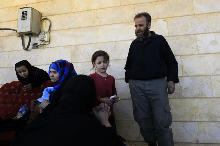 Jamal Ahmed met zijn familie. Op de voorgrond zijn vrouw Aicha. Beeld Delil Souleiman