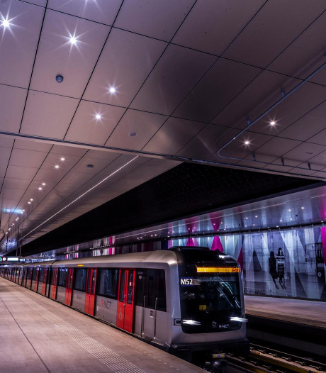Onrust in metro Amsterdam: man richt pistool op passagier, meerdere vrouwen lastiggevallen