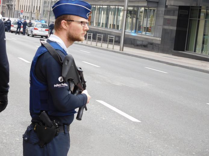Zwaar bewapende agenten op straat in Brussel.