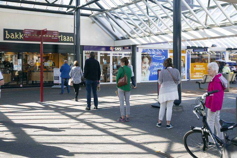 Consumenten houden 1,5 meter afstand van elkaar in Rotterdam. Beeld ANP