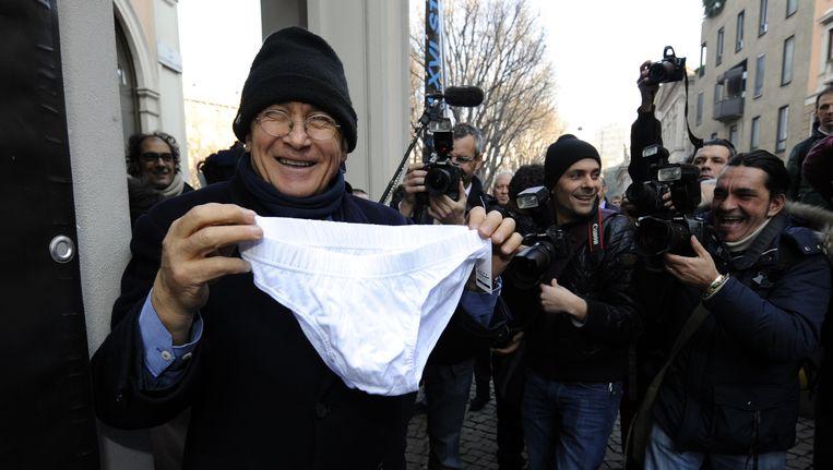 Een anti-Berlusconiprotest voor het gerechtsgebouw. Beeld afp