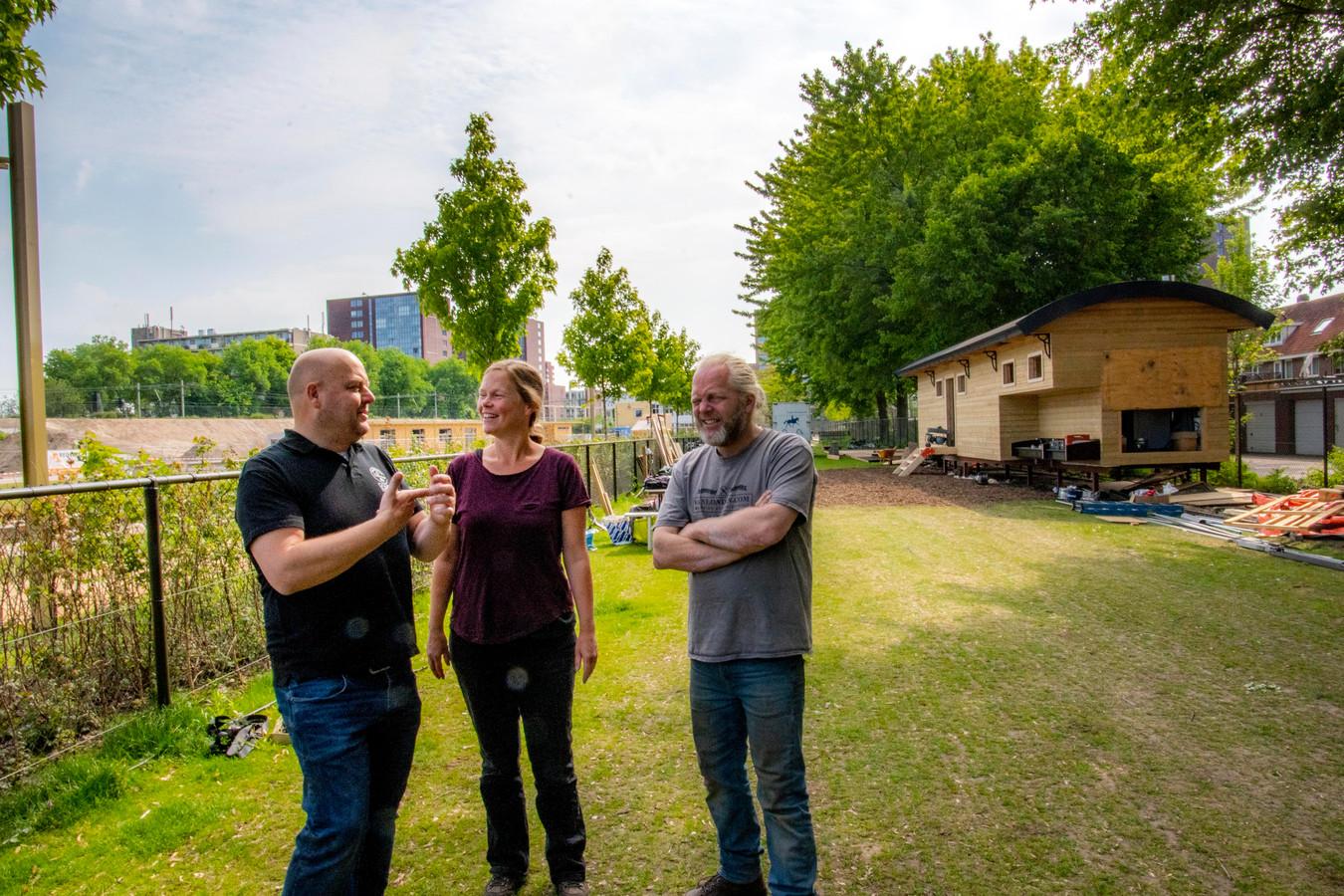 Een mijlpaal: de Stadscamping heeft eindelijk een vaste stek. Brigitte Blanken legde samen met Eric Steur (links) en Erik van Gool de fundamenten.
