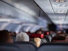 Niet gewekte vrouw nacht opgesloten in ijskoud en aardedonker vliegtuig
