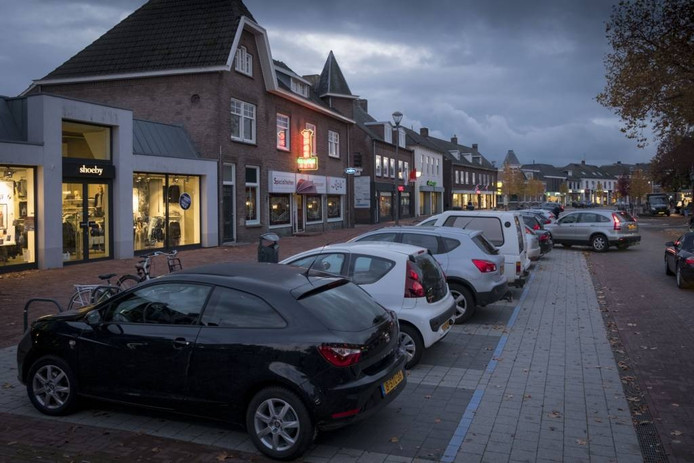 De nu alweer bekritiseerde rechte, haakse parkeervakken in Elst. foto: Erik van ''t Hullenaar