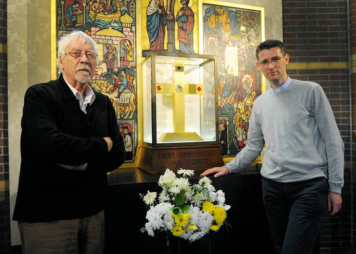 Jan Wiersma (links) en pastoor Tjeerd Visser bij het relikwie Heilig Hout in Dordrecht.