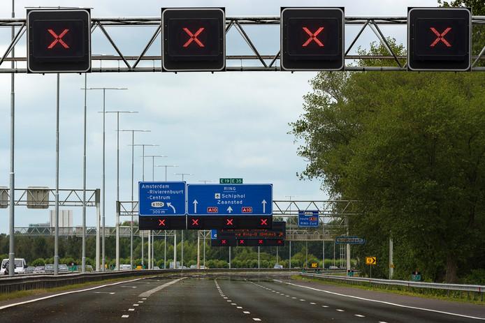 Rode kruizen boven een snelweg.