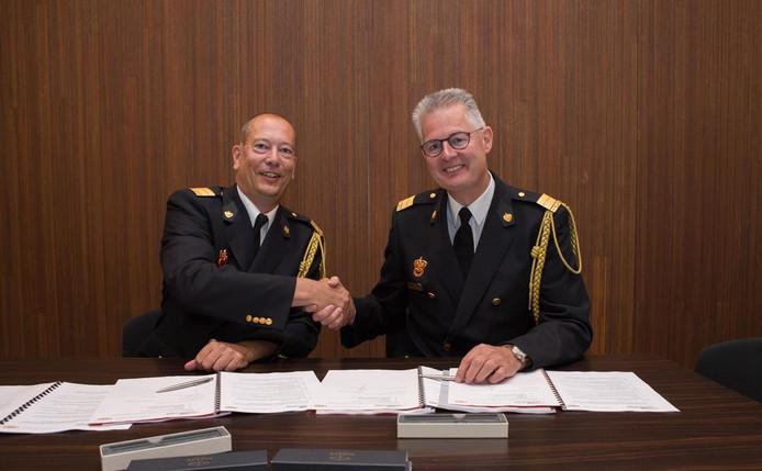Bas van den Hemel van de Veiligheidsregio Utrecht (links) en Hans Zuidijk van de brandweer Hollands Midden hebben  het convenant over de samenwerking ondertekend.