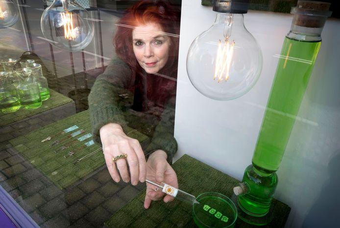 Ingeborg de Groot, zie haar ring, maakt sieraden vol optimisme en hoop. Haar project VACCIN staat in het teken van de kleur groen.