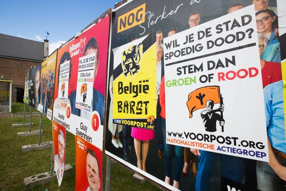 Voorpost overplakt verkiezingsaffiches in .