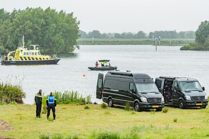 De vermiste zwemmer bij Tull en 't Waal is omstreeks 13.30 gevonden
