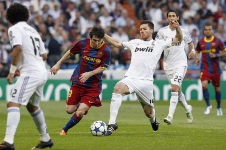 Xabi Alonso (R) in duel met Lionel Messi. EPA Beeld