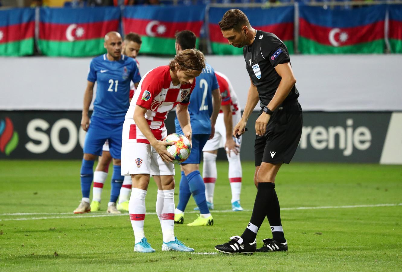 Luka Modric mag aanleggen voor een strafschop.